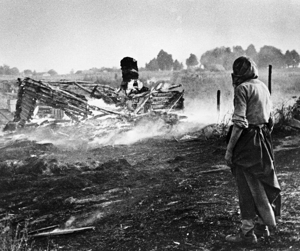 Dei nazisti bruciano un villaggio in Bielorussia.