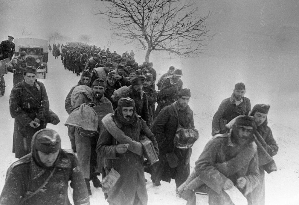 I prigionieri di guerra catturati dall'esercito sovietico si dirigono verso le retrovie, il secondo fronte ucraino.