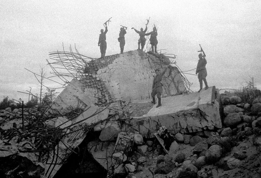 I militari dell'Armata Rossa stanno su una casamatta distrutta dei tedeschi, fatta esplodere dall'esercito russo.