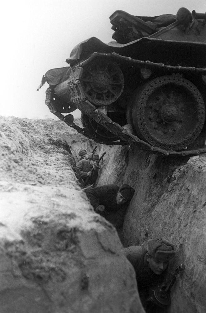Soldati in esercitazione durante la Seconda Guerra Mondiale.