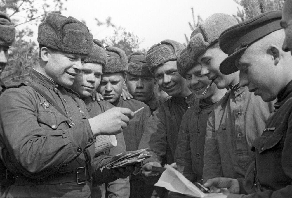 Soldati sovietici leggono le lettere in Bielorussia durante la Seconda Guerra Mondiale.