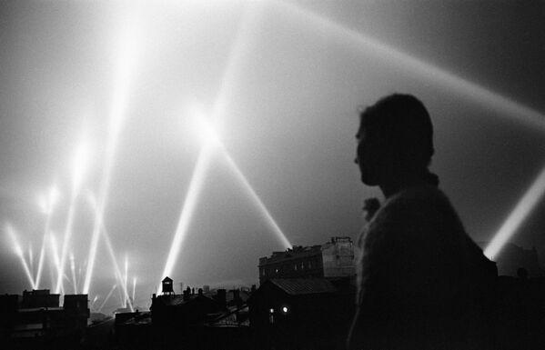 I raggi dei fari delle forze contraeree illuminano il cielo di Mosca, giugno 1941. - Sputnik Italia