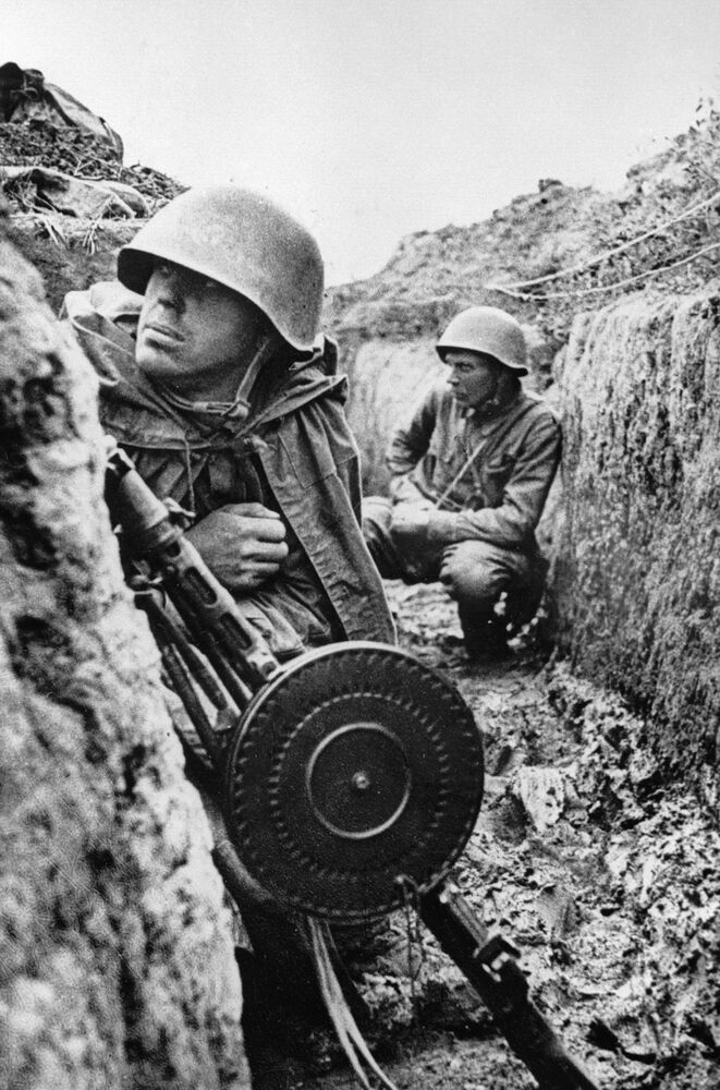 Soldati sovietici si preparano alla battaglia sulla riva sinistra della Neva, Leningrado.