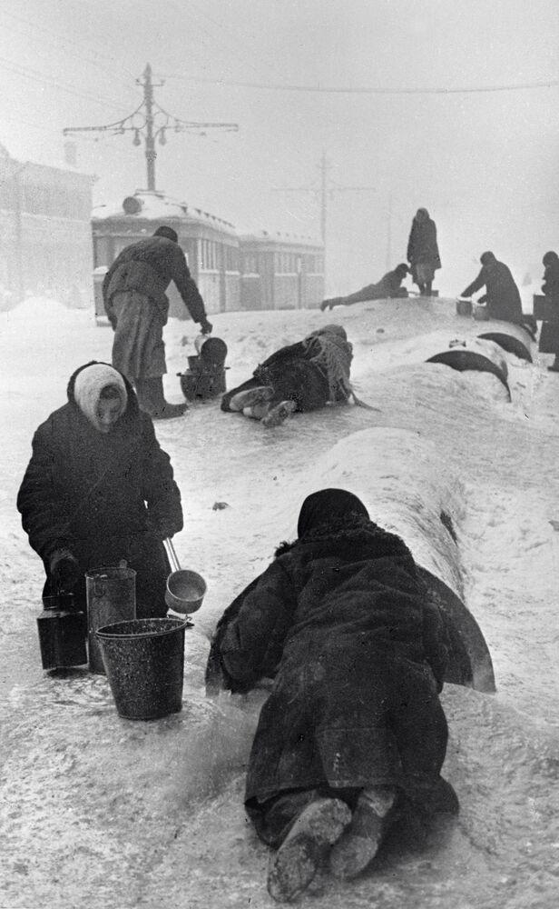 Residenti della Leningrado sotto assedio.
