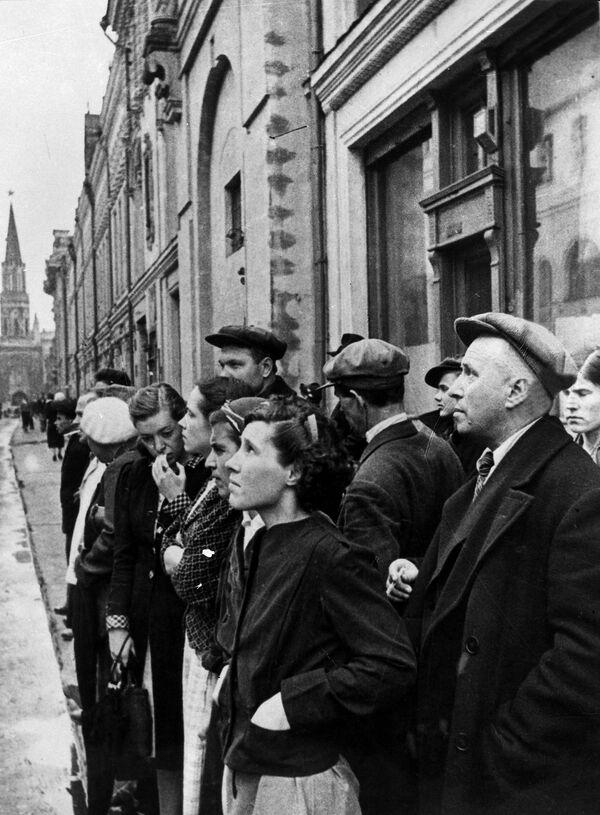I residenti di Mosca reagiscono all'annuncio dell'attacco della Germania contro l'Unione Sovietica, il 22 giugno 1941. - Sputnik Italia