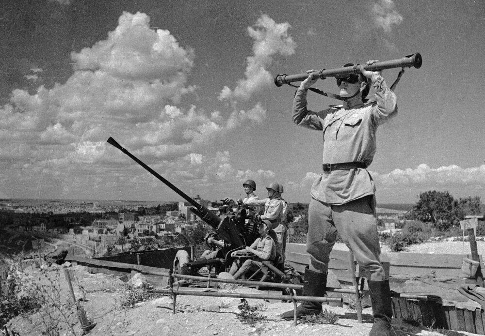 La difesa del cielo della Sebastopoli liberata.
