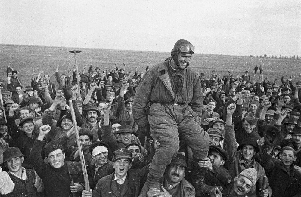 I residenti del villaggio Omoliza salutano il pilota sovietico Semen Bojko venuto per il primo in Jugoslavia.