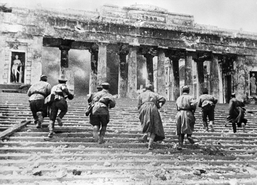 Soldati sovietici combattono per le vie di Sebastopoli.