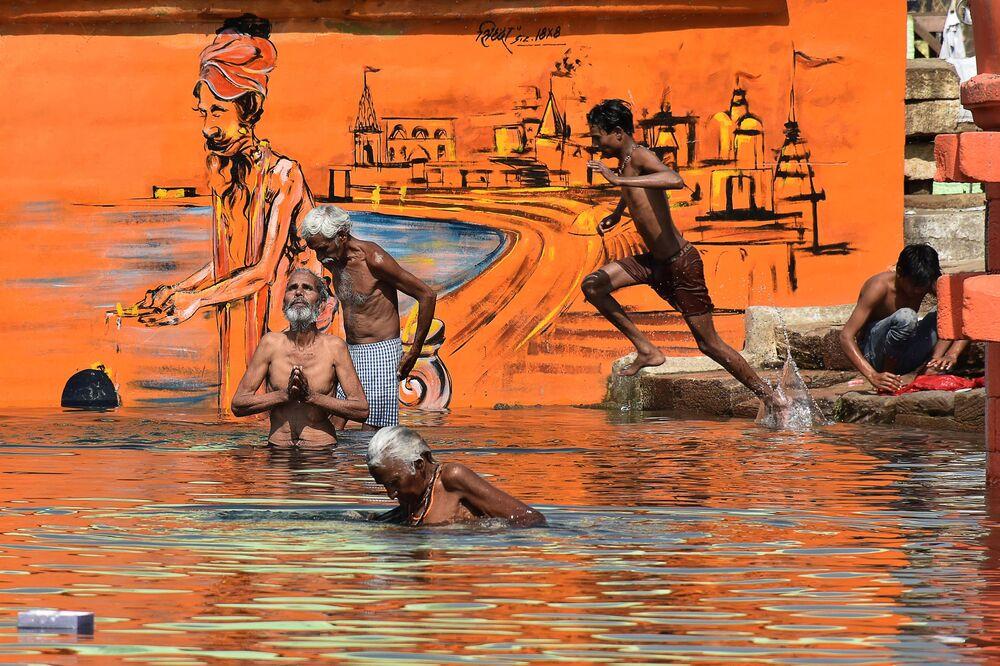 I devoti indù fanno il bagno in occasione di Akshaya Tritiya, un festival annuale di primavera, sul fiume Narmada a Jabalpur, il 26 aprile 2020