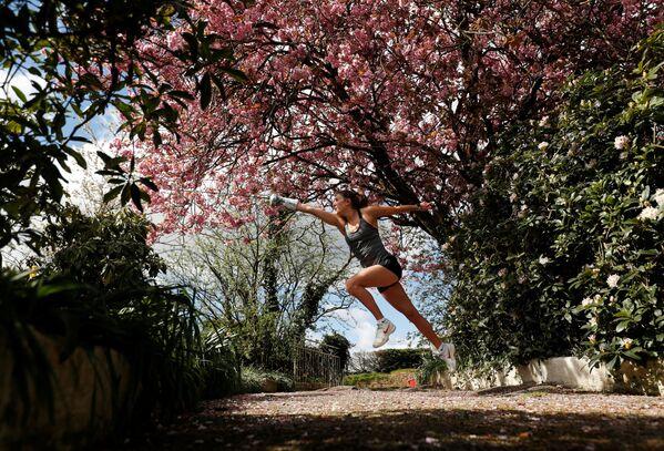 Jo Muir, un'atleta, si allena nella fattoria dei suoi genitori a Haugh of Urr, Gran Bretagna, il 27 aprile 2020 - Sputnik Italia