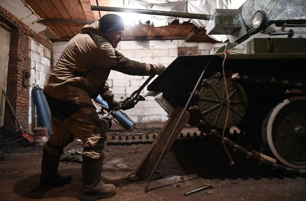 Maxim Beet sta lavorando a una copia del carro armato T-34-76 nel garage della sua casa nel villaggio di Big Oesh, nella regione di Novosibirsk, Russia