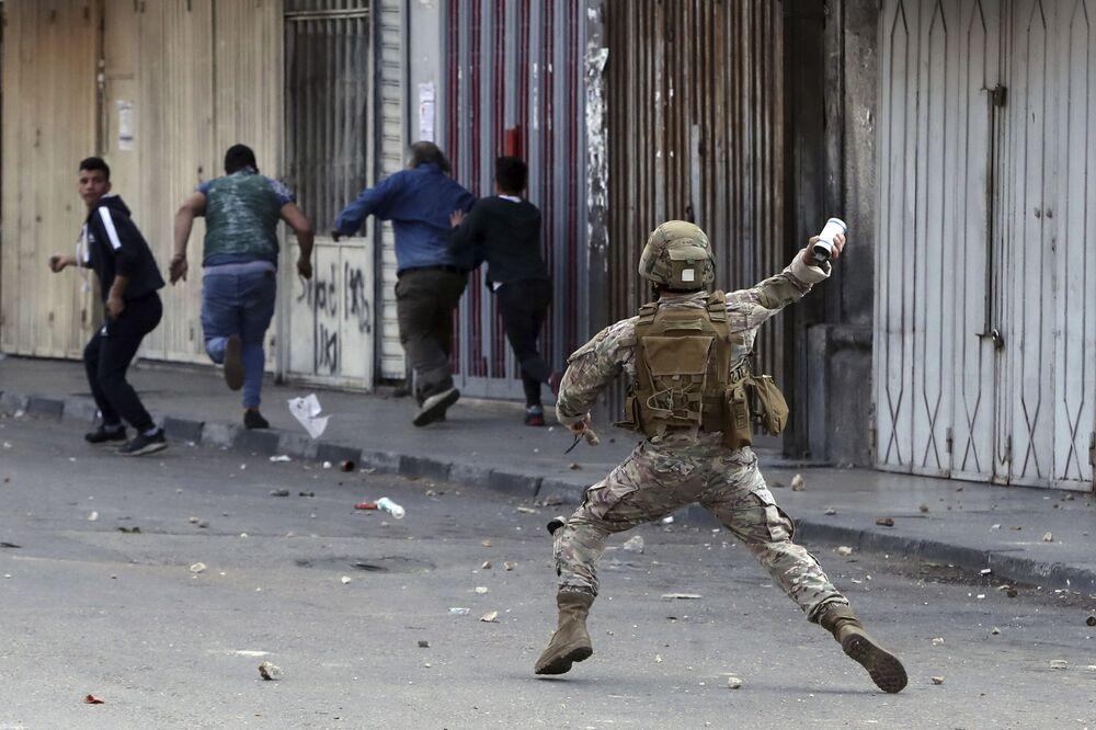Soldato dell'esercito libanese durante le manifestazioni a Tripoli, Libano