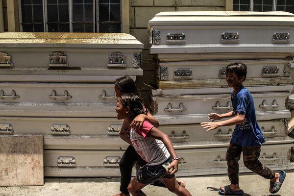 Bambini giocano davanti ad un crematorio di Manila - Sputnik Italia