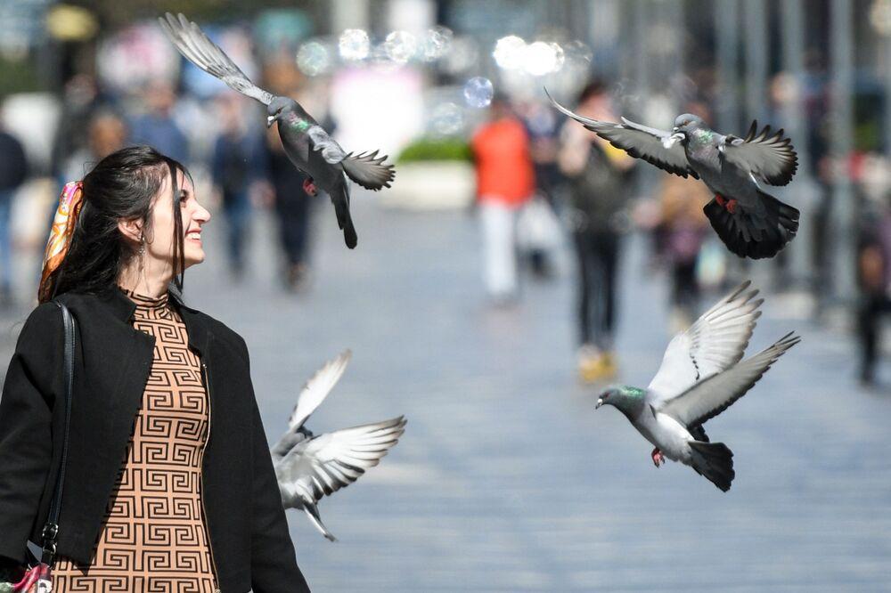 Ragazza in una delle strade di Baku