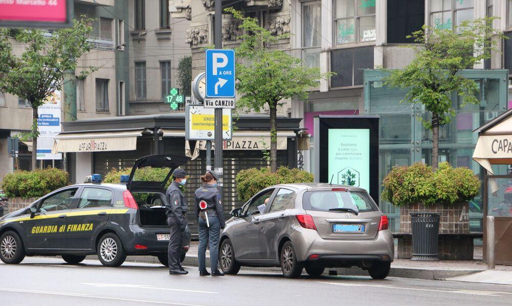 La guardia di finanza controlla le macchine a Milano