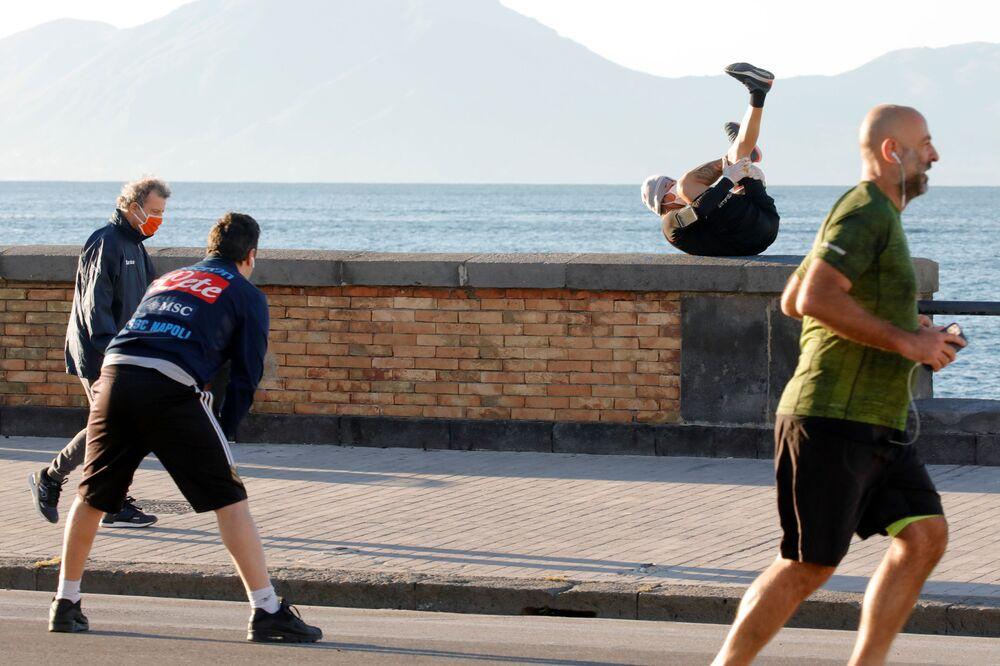 Le persone si esercitano per strada dopo l'inizio della Fase 2, Italia, il 4 maggio 2020