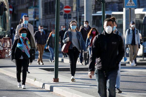 Le persone che indossano mascherine protettive camminano per una strada a Roma dopo l'inizio della Fase 2, Italia, il 4 maggio 2020 - Sputnik Italia