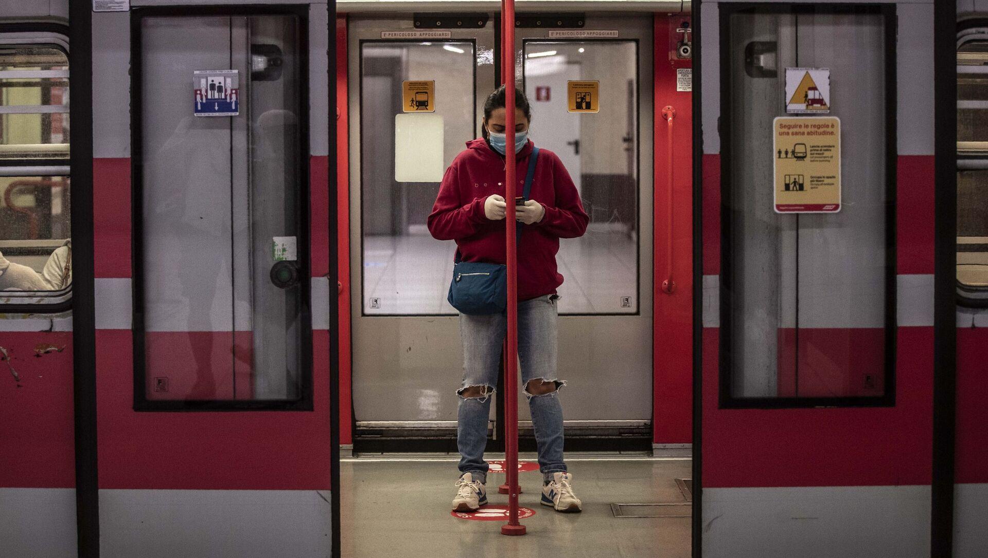 Una donna in un vagone della metropolitana a Milano dopo l'inizio della Fase 2, Italia, il 4 maggio 2020 - Sputnik Italia, 1920, 14.03.2021
