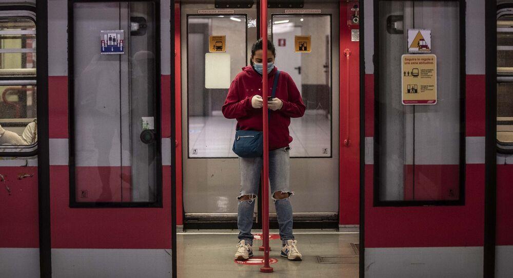 Una donna in un vagone della metropolitana a Milano dopo l'inizio della Fase 2, Italia, il 4 maggio 2020