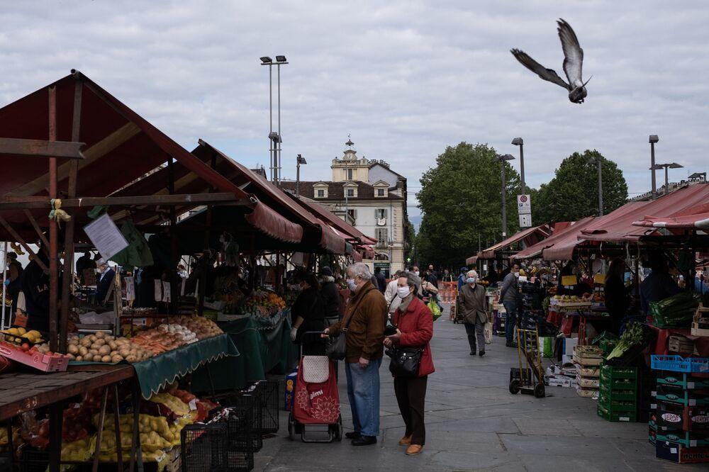 La gente fa acquisti al mercato alimentare a Torino dopo l'inizio della Fase 2, Italia, il 4 maggio 2020