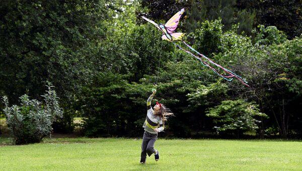 Una bambina gioca nel Parco Sempione a Milano dopo la riapertura dei parchi e l'inizio della Fase 2, Italia, il 4 maggio 2020 - Sputnik Italia