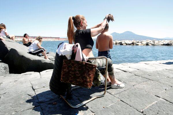 Le persone al mare a Napoli dopo l'inizio della Fase 2, Italia, il 4 maggio 2020 - Sputnik Italia