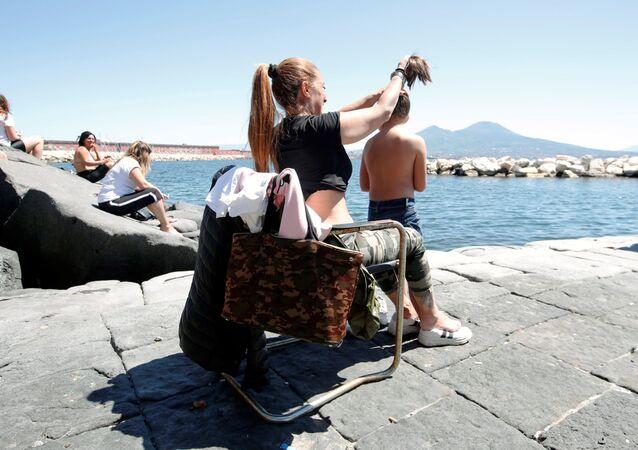 Le persone al mare a Napoli dopo l'inizio della Fase 2, Italia, il 4 maggio 2020