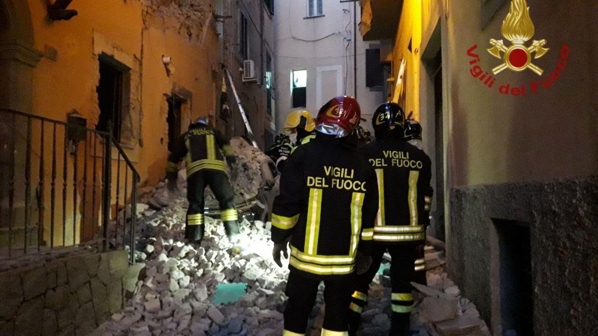 I vigili del fuoco e i soccorritori stanno scavando tra le macerie per trarre in salvo le persone rimaste intrappolate sotto i detriti  - Sputnik Italia, 1920, 17.06.2021