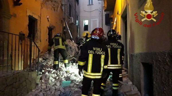 I vigili del fuoco e i soccorritori stanno scavando tra le macerie per trarre in salvo le persone rimaste intrappolate sotto i detriti  - Sputnik Italia