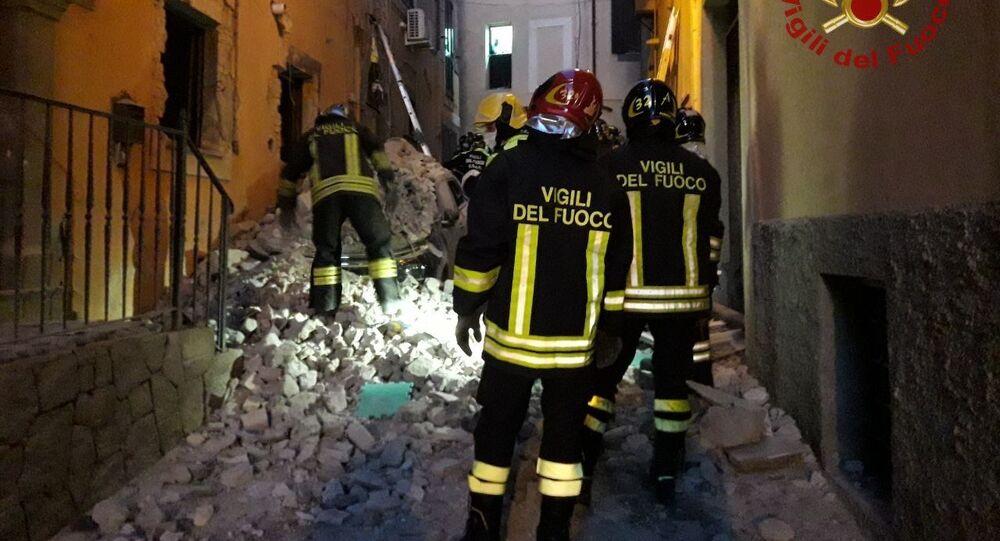 I vigili del fuoco e i soccorritori stanno scavando tra le macerie per trarre in salvo le persone rimaste intrappolate sotto i detriti