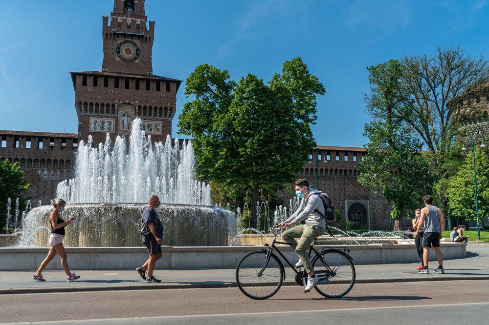Le persone nella piazza del Castello Sforzesco di Milano dopo l'l'allentamento delle misure anti-Covid