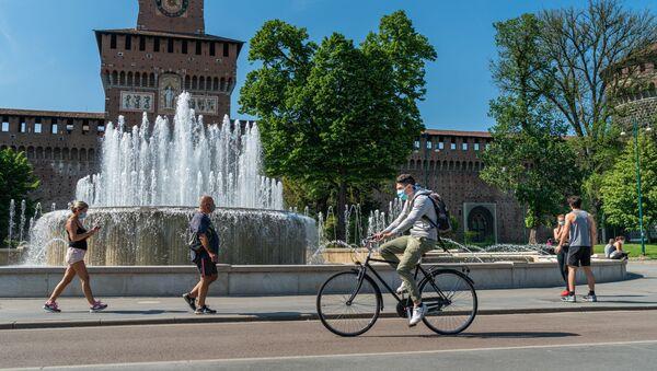 Le persone nella piazza del Castello Sforzesco di Milano dopo l'l'allentamento delle misure anti-Covid - Sputnik Italia