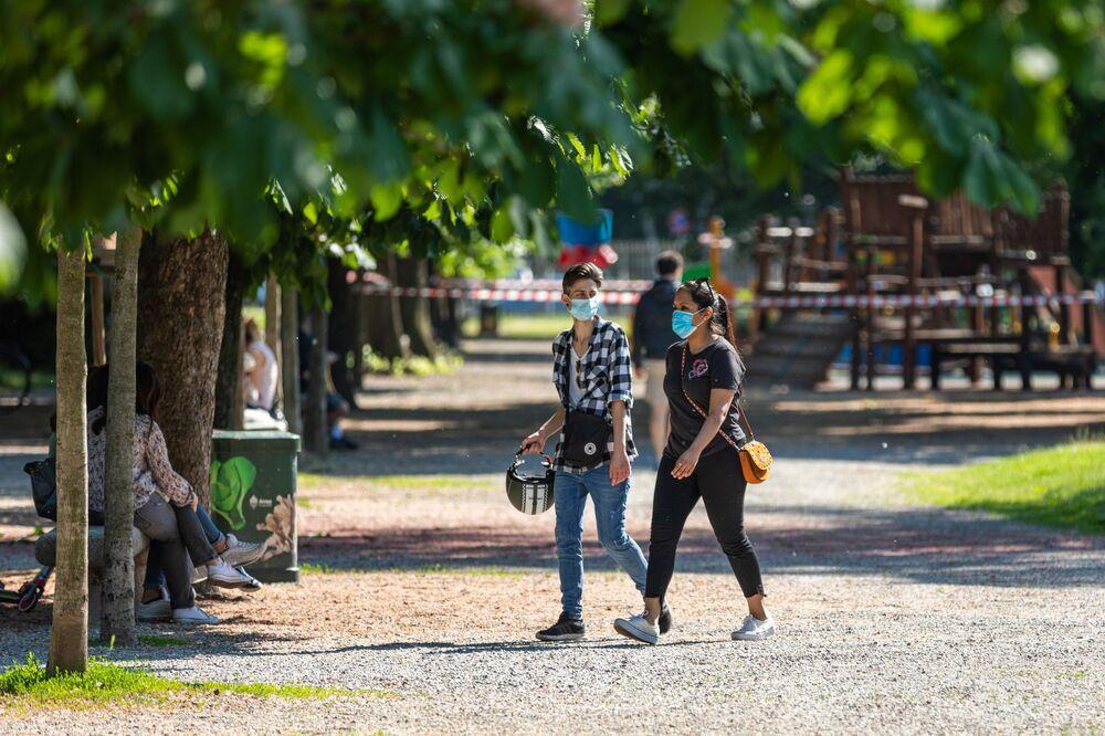 La gente in un parco di Milano dopo l'l'allentamento delle misure anti-Covid