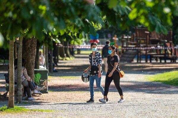 La gente in un parco di Milano dopo l'l'allentamento delle misure anti-Covid - Sputnik Italia