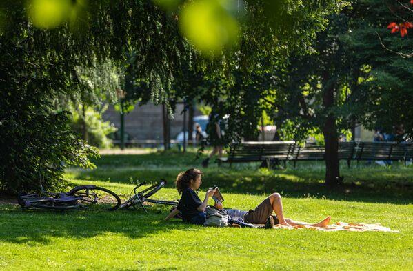 Una coppia in un parco nel centro di Milano dopo l'l'allentamento delle misure anti-Covid - Sputnik Italia