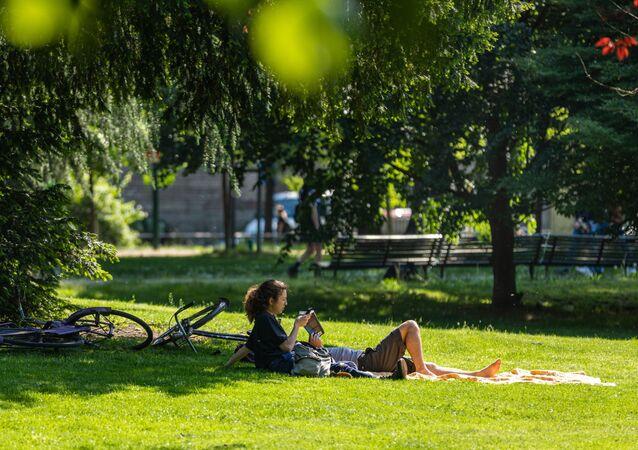 Una coppia in un parco nel centro di Milano dopo l'l'allentamento delle misure anti-Covid