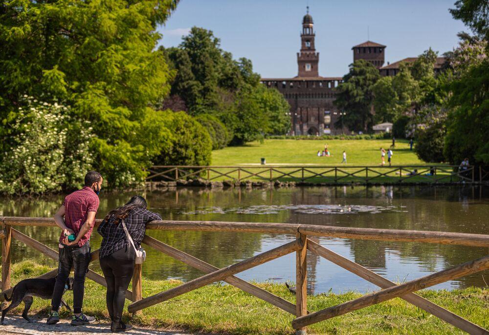 Una coppia in un parco nel centro di Milano dopo l'inizio della Fase 2 in Italia
