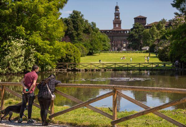 Una coppia in un parco nel centro di Milano dopo l'inizio della Fase 2 in Italia - Sputnik Italia