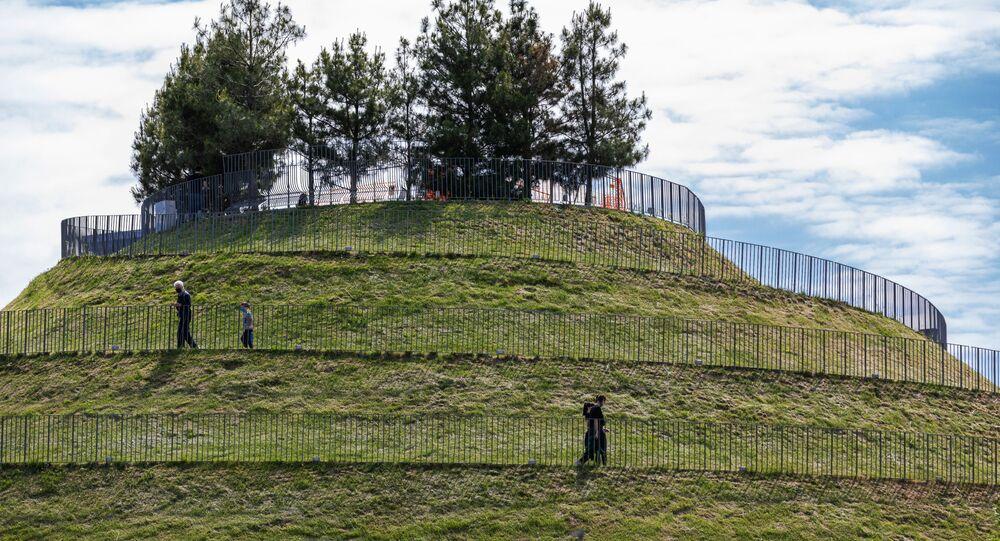 La gente in un parco di Milano dopo l'inizio della Fase 2 in Italia