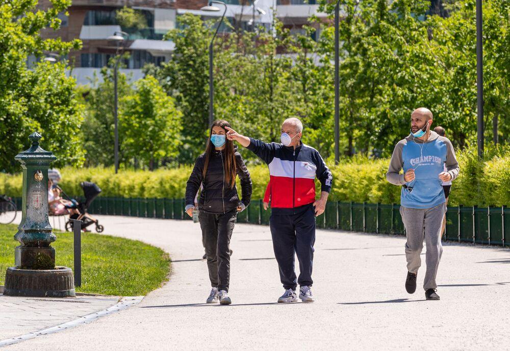 Delle persone passeggiano per un parco a Milano dopo l'l'allentamento delle misure anti-Covid