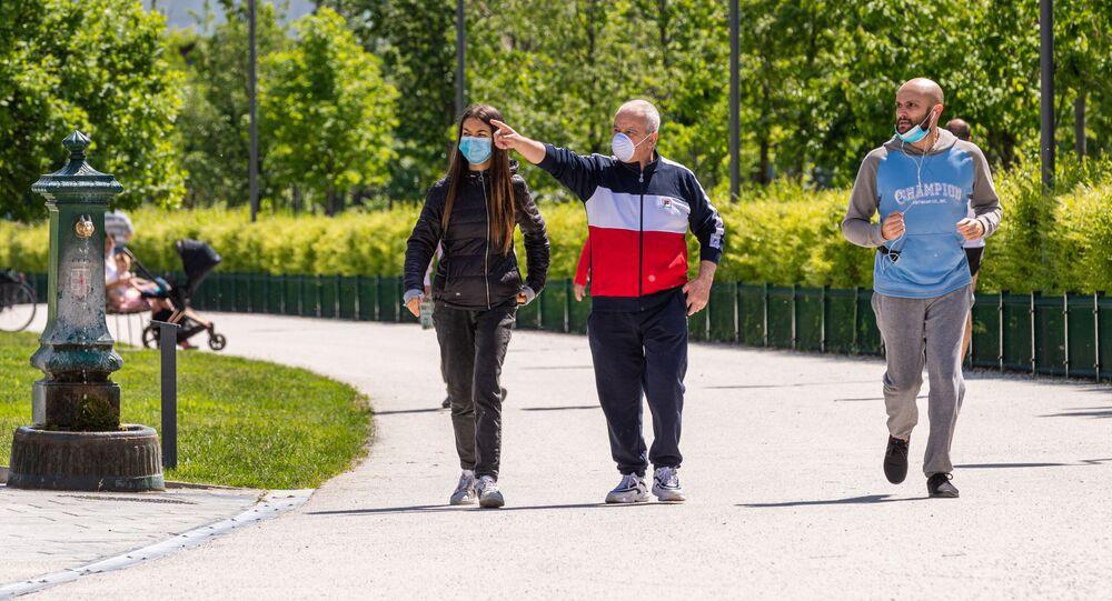 Gli italiani passeggiano per un parco a Milano dopo l'l'allentamento delle misure anti-Covid