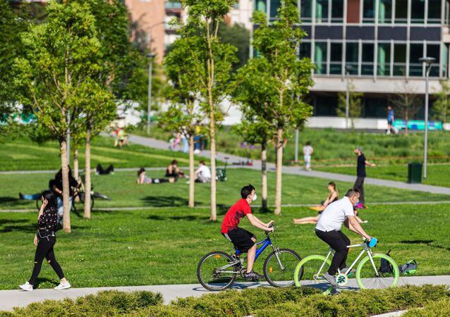 Le persone si godono la primavera in un parco a Milano dopo l'l'allentamento delle misure anti-Covid