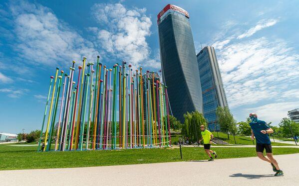 Persone fanno jogging a Milano - Sputnik Italia