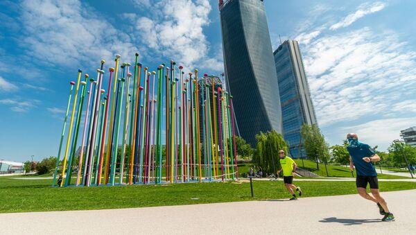 Gli uomini fanno jogging a Milano - Sputnik Italia
