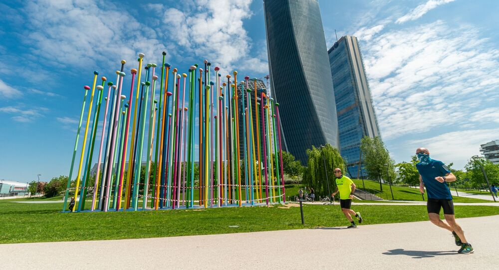 Gli uomini fanno jogging a Milano