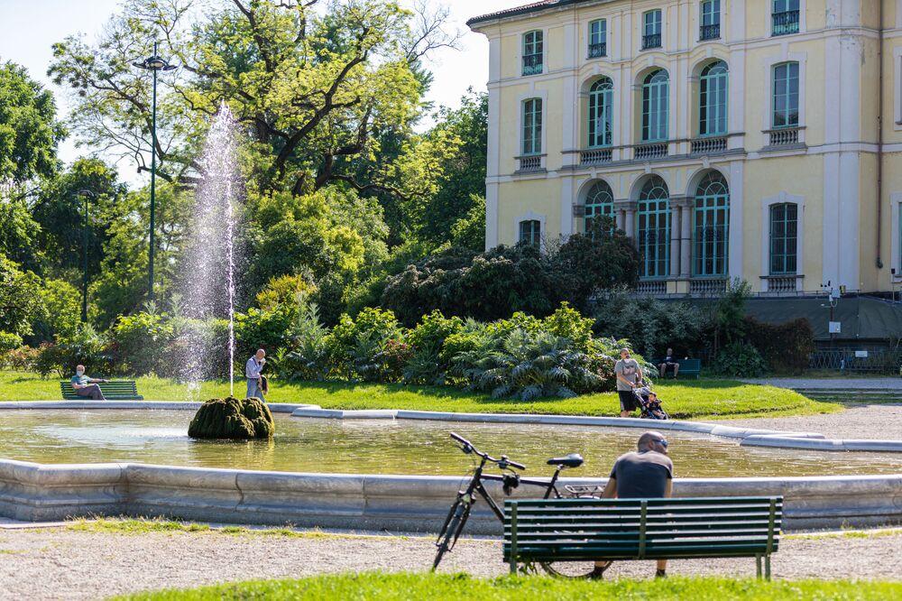 Delle persone in un parco a Milano dopo l'l'allentamento delle misure anti-Covid