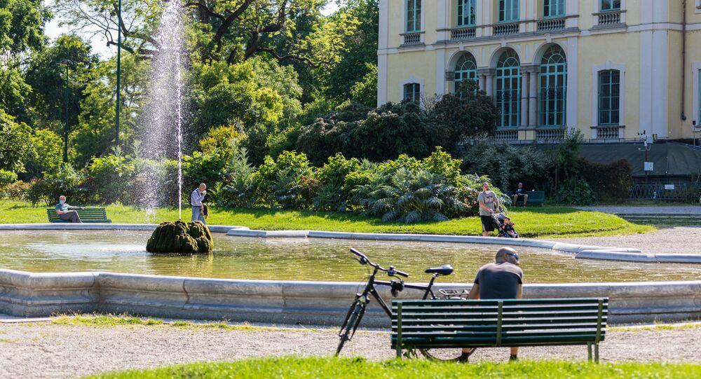 Gli italiani in un parco a Milano dopo l'l'allentamento delle misure anti-Covid