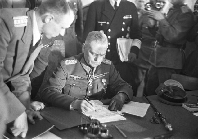 Wilhelm Keitel, generale tedesco, a nome dell'Alto Comando Tedesco firma l'Atto di resa militare tedesca il 8 maggio del 1945