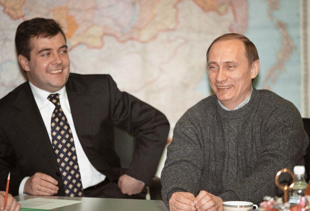 Vladimir Putin e il capo del quartiere elettorale del candidato alla carica del presidente russo Dmitry Medvedev fanno la prima conferenza stampa presidenziale nel giorno delle elezioni il 26 marzo 2000.