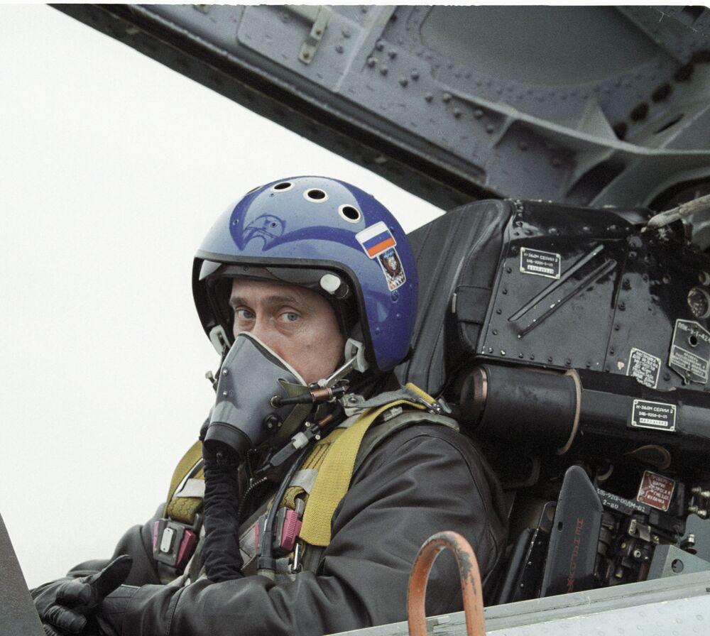 Vladimir Putin nella cabina del caccia Su-27 dopo aver volato da Krasnodar a in Cecenia per consegnare onorificenze ai paracadutisti russi, il primo marzo 2000.